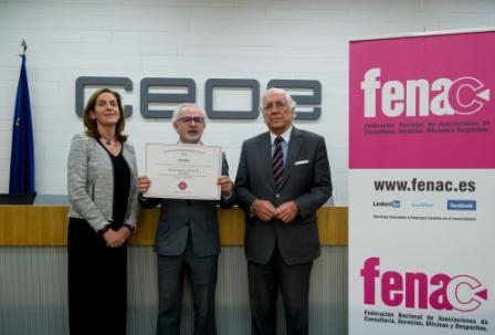 Juan Ramón Montero recoger el diploma que acredita al despacho como una de las mejores empresas del sector SAE